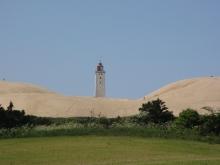 Rubjerg Knude, Die Wanderdüne verschlingt den Leuchtturm. In etwa 20 Jahren wird er ins Meer stürzen
